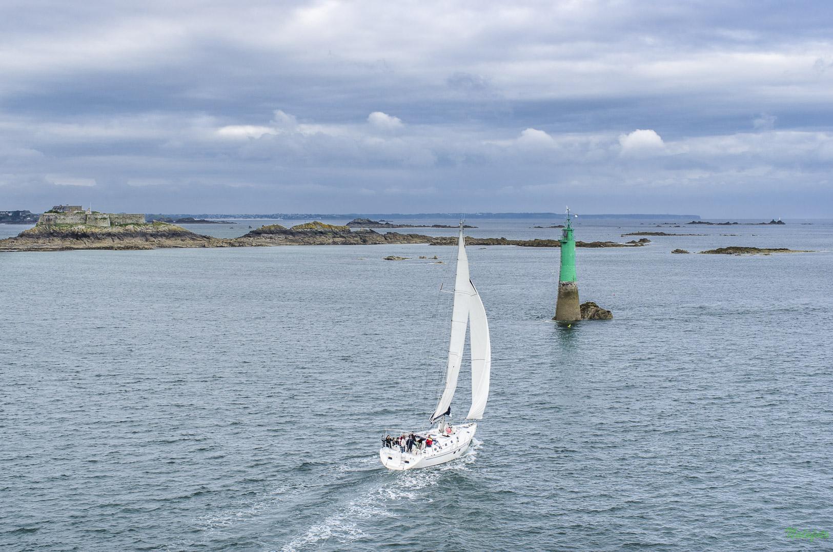 Ailleurs en Bretagne : Voilier sortant du port de Saint Malo, avec, au loin, la pointe du Cap Fréhel