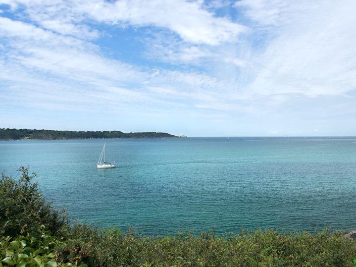 Voilier dans la Baie de la Fresnaye a maree haute