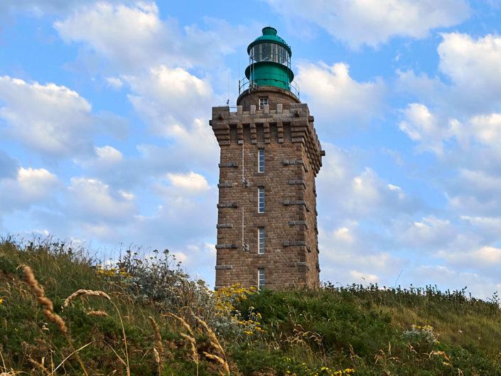 Le phare du Cap Fréhel vu de la lande en contrebas