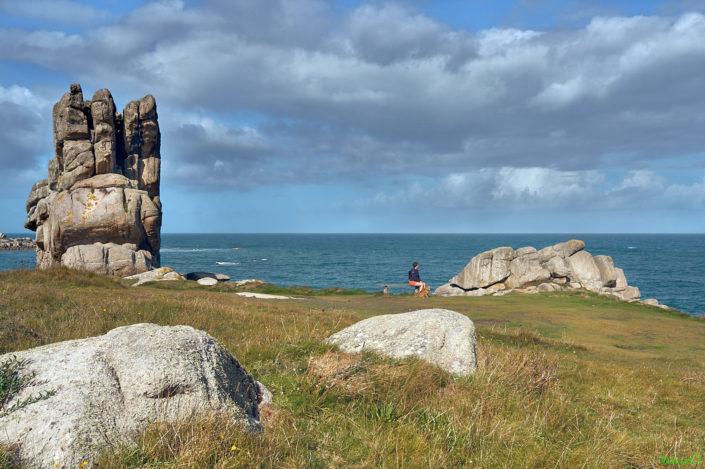 Le rocher en forme de main sur le GR 34 près de Plouescat