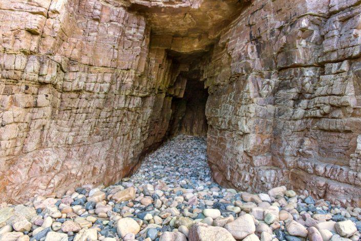 Grotte sous la falaise sauvage de la Banche