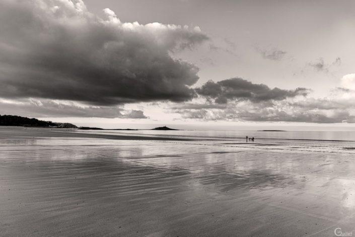 plage des Sables d'Or en noir et blanc