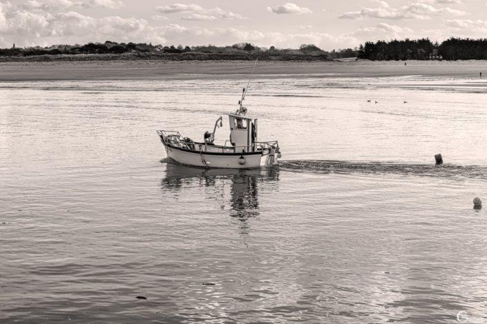 canot de pêche en noir et blanc
