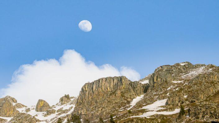 la lune au dessus des sommets